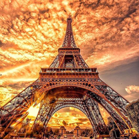 Eyfel Kulesi üzerinde yanan gökyüzü