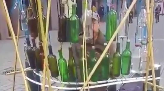 Cam şişelerle müzik yapan sokak sanatçısı