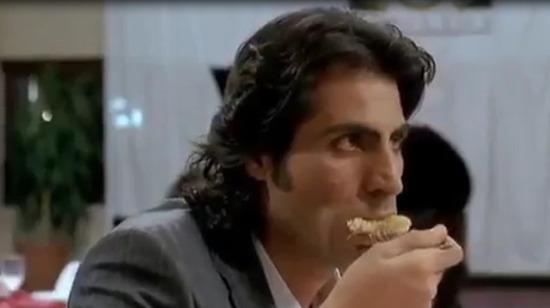 Abdulhey börek yiyor
