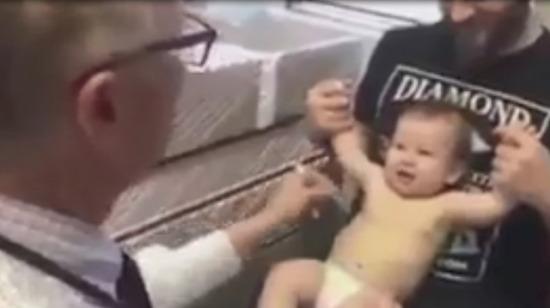 Bebeğe nasıl iğne yapılır?