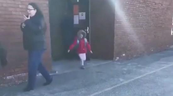 Kız kardeşini okuldan almaya her gidişinde buluşma anını kayda alan abla