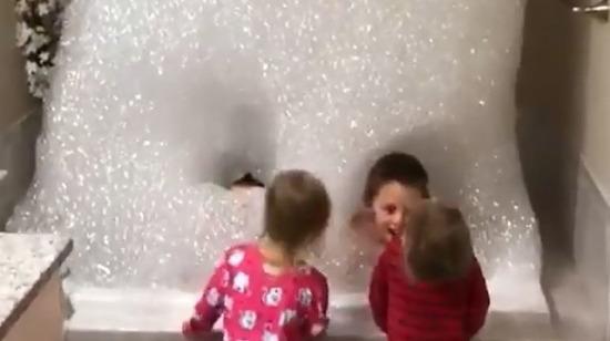 Yürek yedikten sonra annelerinden gizli çocukların banyoyu mahvetmesine izin veren bana