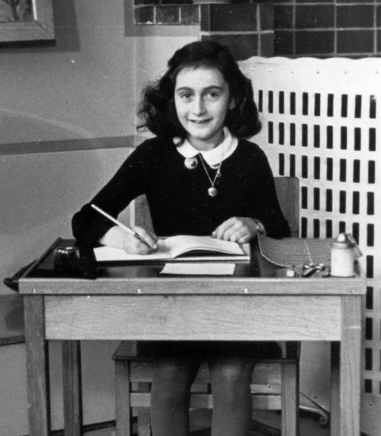 """Holokost'un simge isimlerinden bir Yahudi kız olan Anneliese """"Anne"""" Marie Frank'ın doğum günü"""