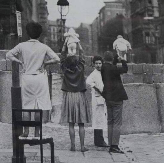 Batı Berlin'deki aileler Doğu tarafında yaşayan dedelerine torunlarını gösteriyorlar. 1961, Almanya