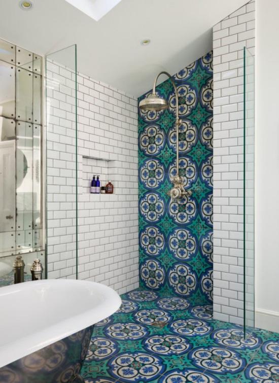 Renkli banyo döşemeleri çok güzel duruyor