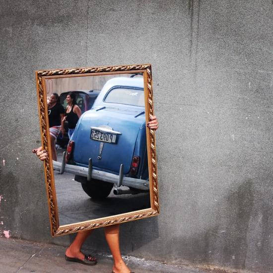 Küba sokaklarında aynayla yürürken fotoğrafçı Mark Underwood'un kadrajına yakalanmak...