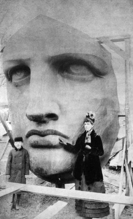 Özgürlük Heykeli paketinden çıkartılırken önünde poz verenler, 1886