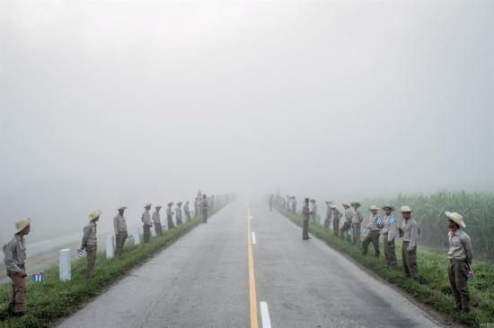 Şafak vakti Fidel Castro'nun cenazesi için Santiago de Cuba'ya giden yol boyunca bekleyen insanlar