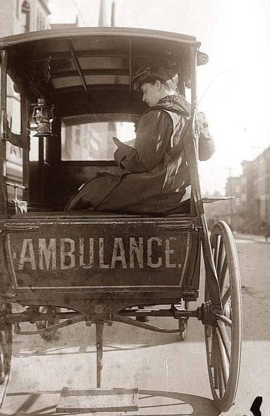 Atlarla çekilen bir ambulans ve nöbetteki bir hemşire, 1900´ler, New York