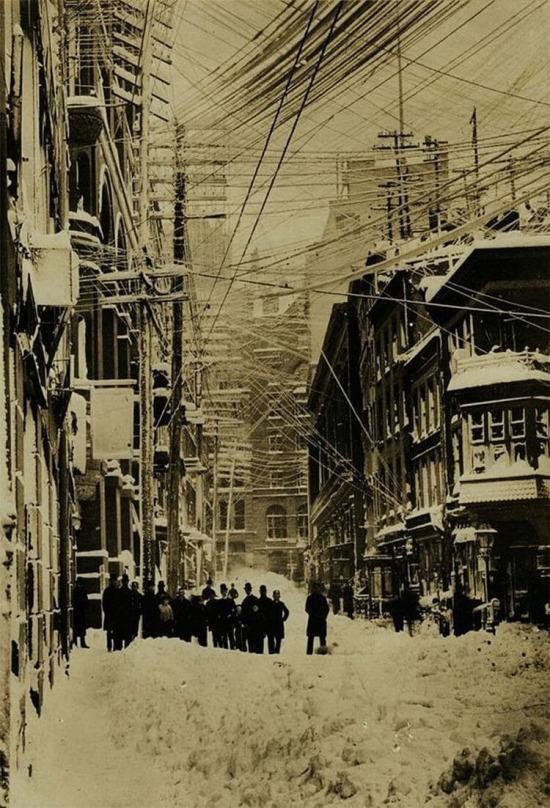 Elektrik, telefon ve telgraf kabloları fırtınadan sonra karla kaplı, New York 1880 yılı