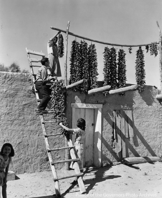 Kışlık için damda biberleri kurutan bir aile. Meksika, 1945 yılı