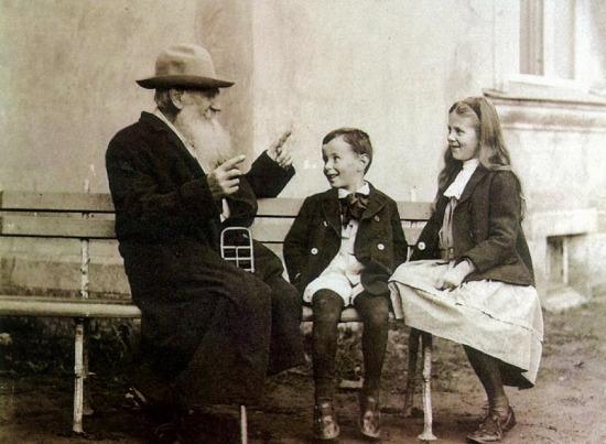 Ünlü Rus yazar Lev Tolstoy, torunlarıyla birlikte, 1909 yılı