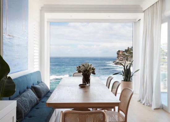 Camları denize açılan yemek odası tasarımı