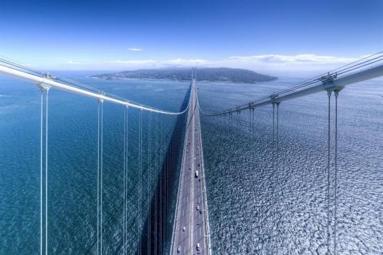 Manzaranın böylesi, Akashi Kaikyō Köprüsü, Awaji Adası'nı en büyük Japon adası olan Honshu'ya bağlamakta...