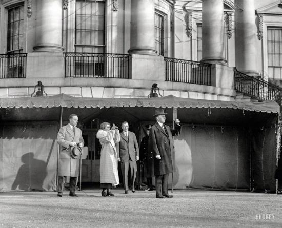 Başkan ve Bayan Coolidge, Beyaz Saray'da güneş tutulmasıyla ilgileniyor, 1925 yılı