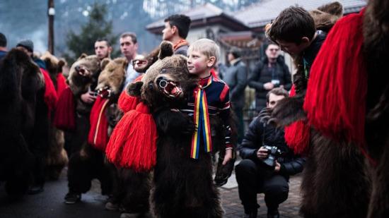Her yıl Noel vakti Romanya'daki köylüler, kötü ruhları kovmak için ayı derileriyle dans ediyor