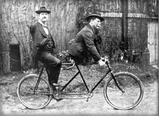 Çift kişilik bisikleti, kolları olmayan Charles Tripp ile bacakları olmayan akrobat Eli Bowen 1891'de icat etti