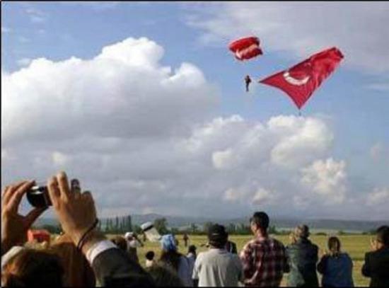 9 Ekim 2014: Bu güne kadar gökyüzünde açılan en büyük bayrakla atlayış rekoru kırıldı