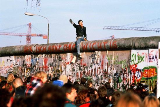 Tarihte Bugün: 9 Kasım 1989 Berlin Duvarı yıkıldı