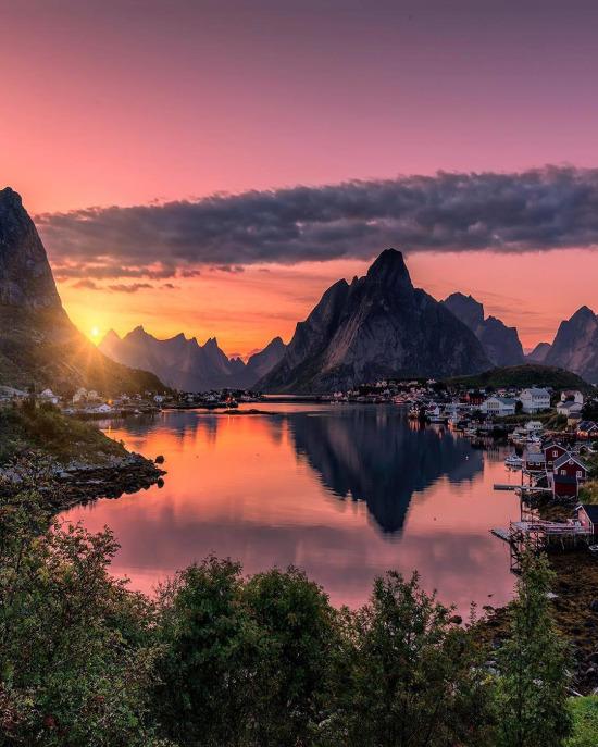 Norveç'te sıradan bir köy manzarası