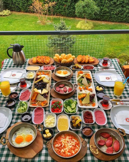 Zengin kahvaltı sofrası