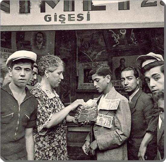 Milli Piyangocu Nimet Abla bir talihliye ikramiyesini teslim ederken. İstanbul 1943