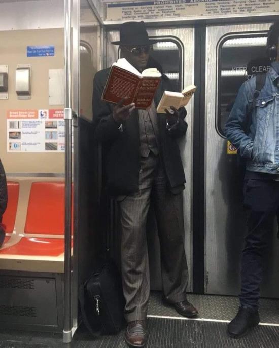Kız: Kitap okuyan erkekler bir adım öndedir Ben: