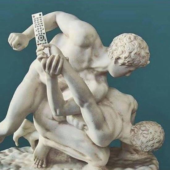 """""""Ver şu kumandayı dizim başladı"""" heykeli"""