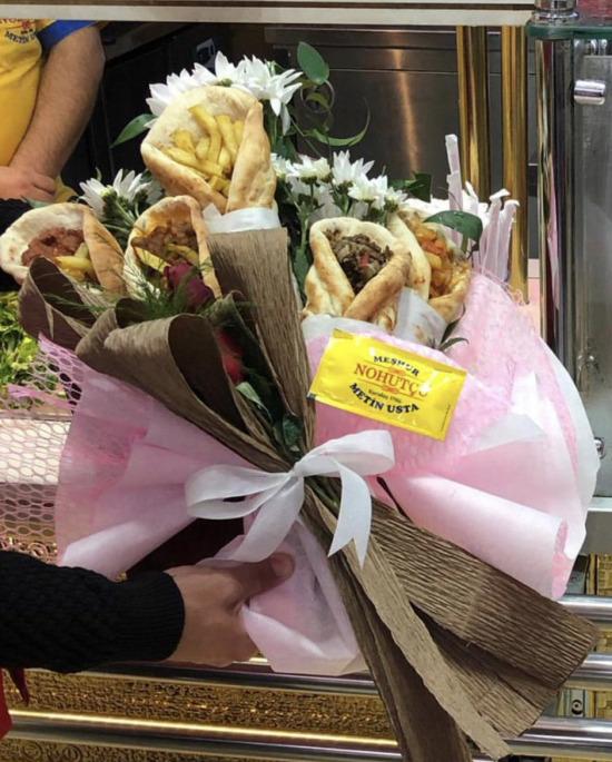 Bize böyle çiçeklerle gelin
