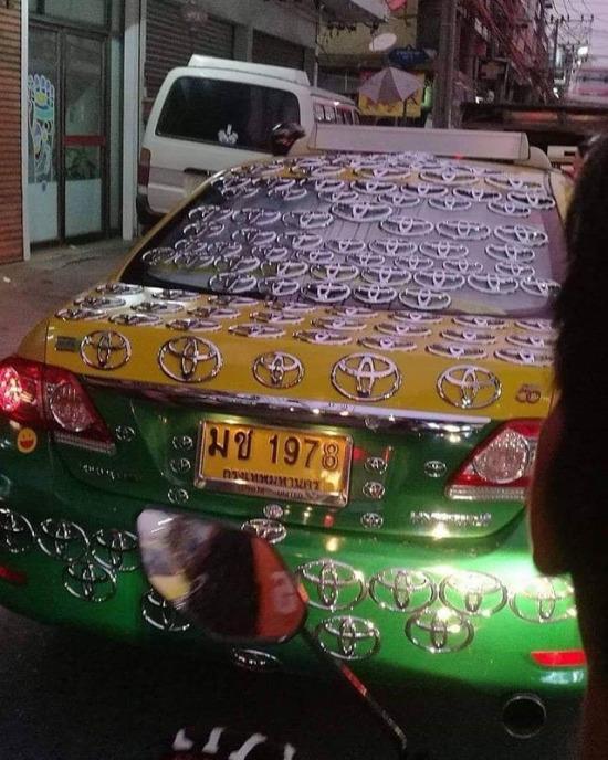 Çok güzel arabaymış. Acaba markası ne?