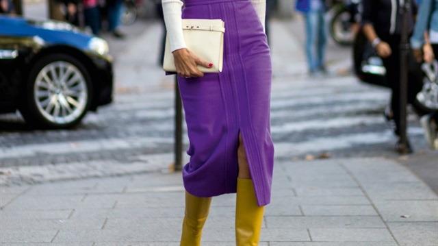 Birkaç küçük detayda gizli 70'ler esintisi: Midi boy eteklerle giyilen uzun çizmeler