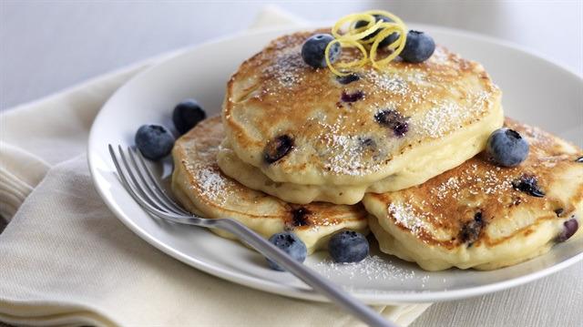 Kahvaltı sofralarınızı şenlendirecek bir öneri: Yaban mersinli krep