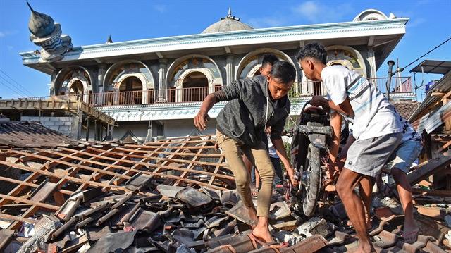 Endonezya'daki depremde ölü sayısı 347'ye yükseldi