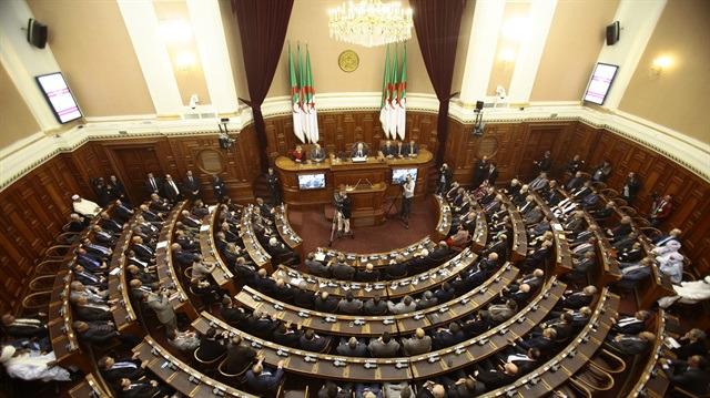 Cezayir'de meclis faaliyetleri askıda