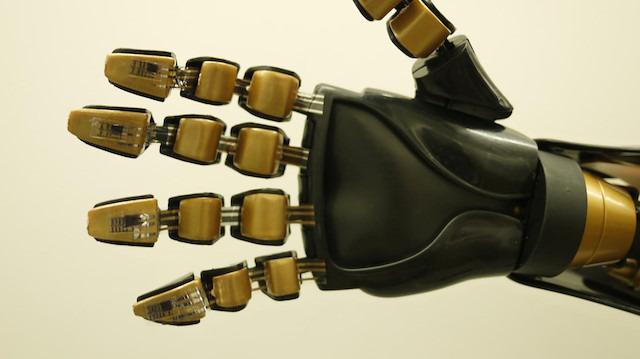 Yeni geliştirilen akıllı eldiven robotlara dokunma hissiyatı veriyor