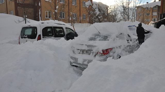 Bitlis'te yoğun kar yağışı: Park halindeki araçlar kara gömüldü