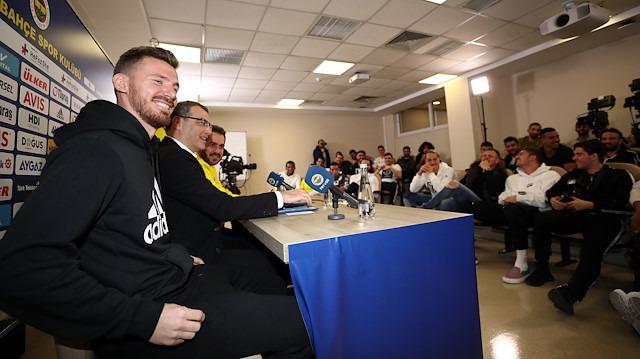 Fenerbahçe'nin imza töreninde kızdıran Galatasaray sorusu