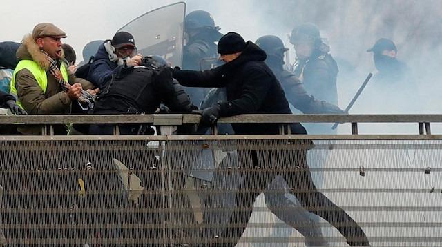 Fransa'da polisi döven sarı yelekli boksöre 2 yıl hapis cezası