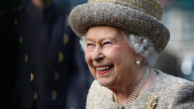 İngiltere Kraliçesi Elizabeth'in eli morluklar içinde