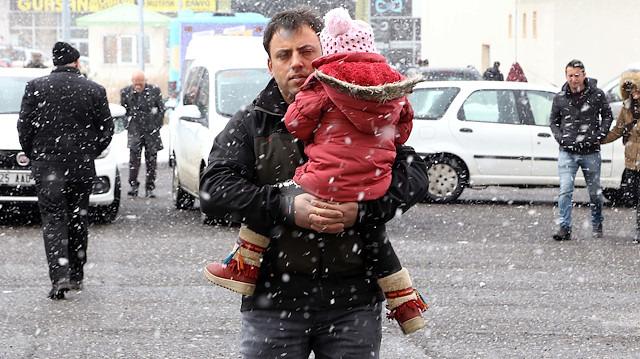 Doğu'da vatandaşlar kar yağışı altında sandığa koşuyor