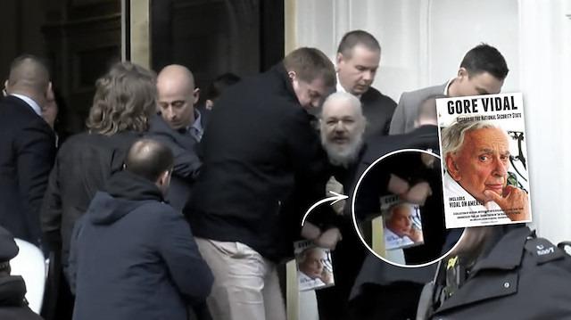 Assange'ın elindeki kitabın yazarı: Gore Vidal