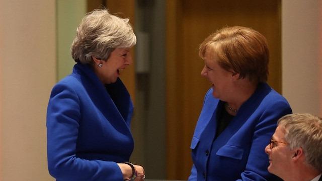 Theresa May ve Angela Merkel'in 'ceket kardeşliği'
