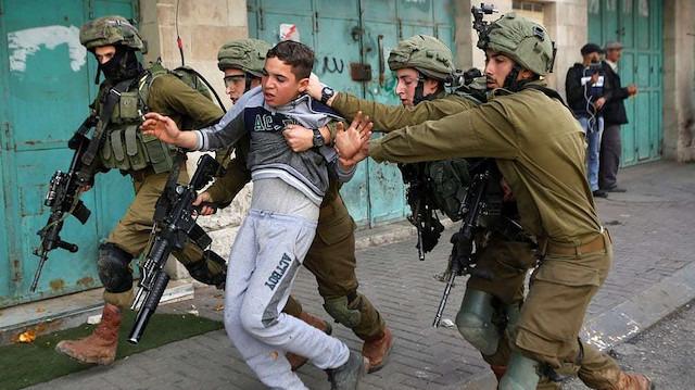 İsrail, 3'ü çocuk 10 Filistinliyi gözaltına aldı