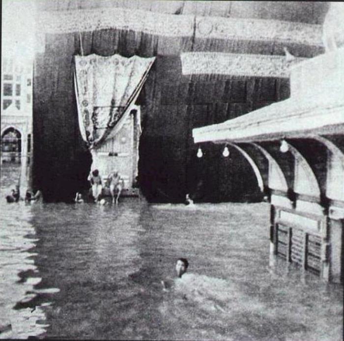 Kâbe'yi yüzerek tavaf eden genç