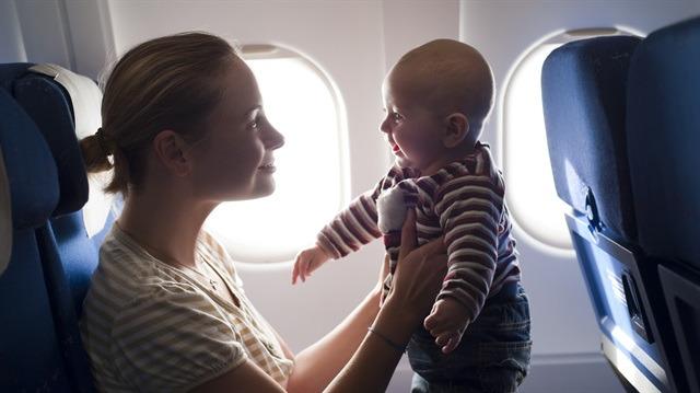 Uçak yolculuğu sırasında bebeklerin ağlamaması için neler yapılabilir?