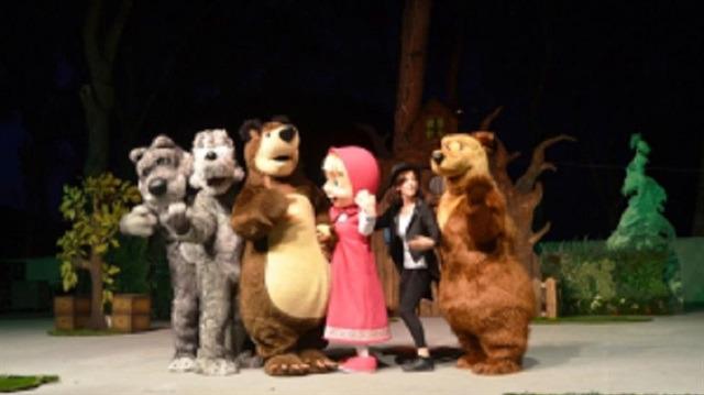 Sevilen karakterler 'Maşa ve Koca Ayı' Ayvalıklı çocuklarla buluştu