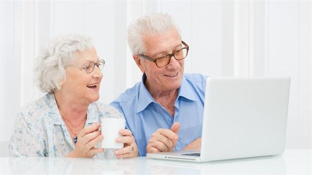 Teknoloji tutkunu yaşlılar için internet ipuçları
