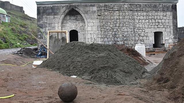 Tarihi hamamda tarihi gülle bulundu