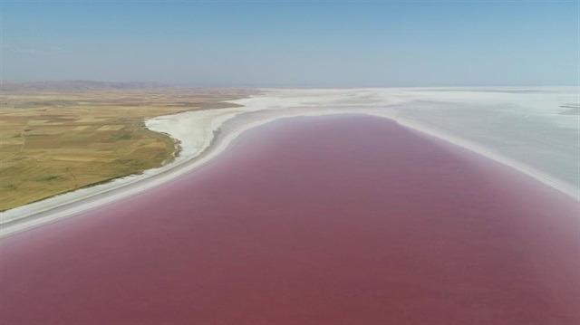 Tuz Gölü'nün kırmızı beyaz güzelliği izleyenleri kendine hayran bırakıyor