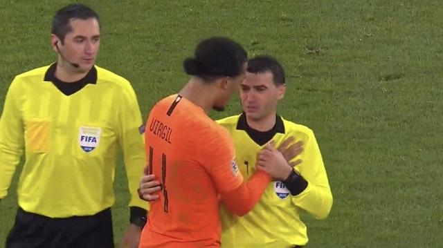 Maç sonunda ağlayan hakemi futbolcu teselli etti